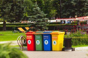 cubos de basura limpios